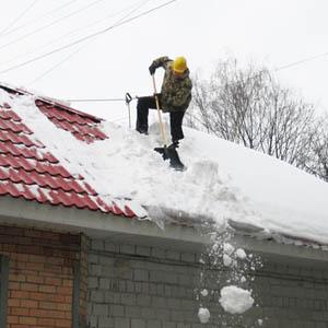 Уборка крыши от снежного покрова и наледи