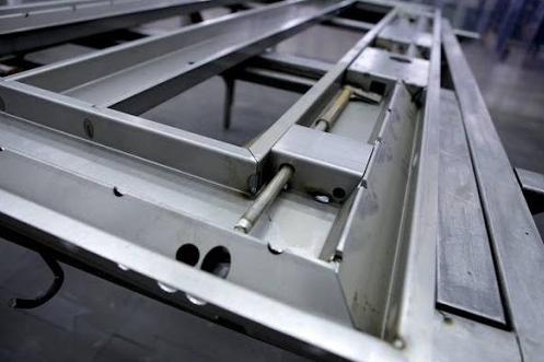 Конструкция навесов и запорного механизма металлической двери