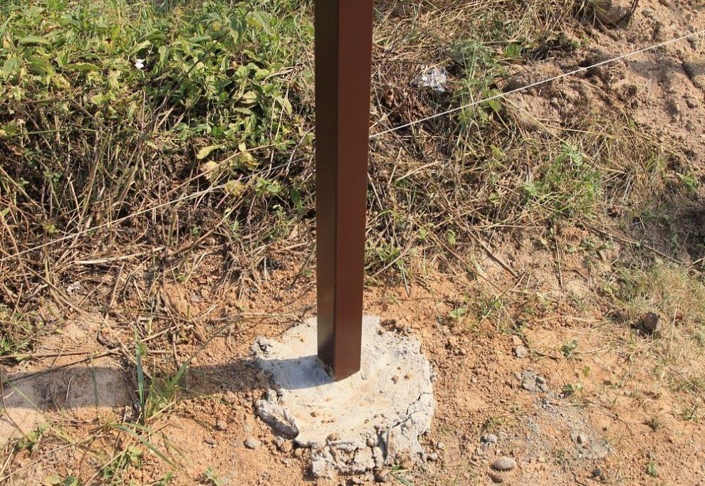 На какую глубину бетонировать столбы для забора