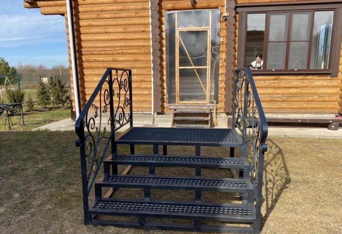 металическая лестница к деревянному дому