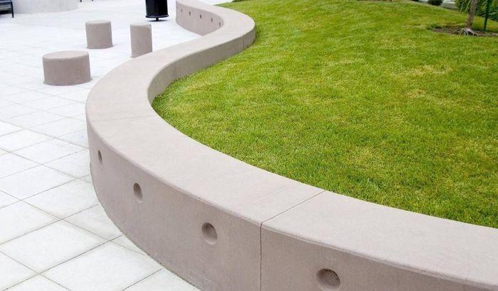 низкая бетонная подпорная стенка с газоном
